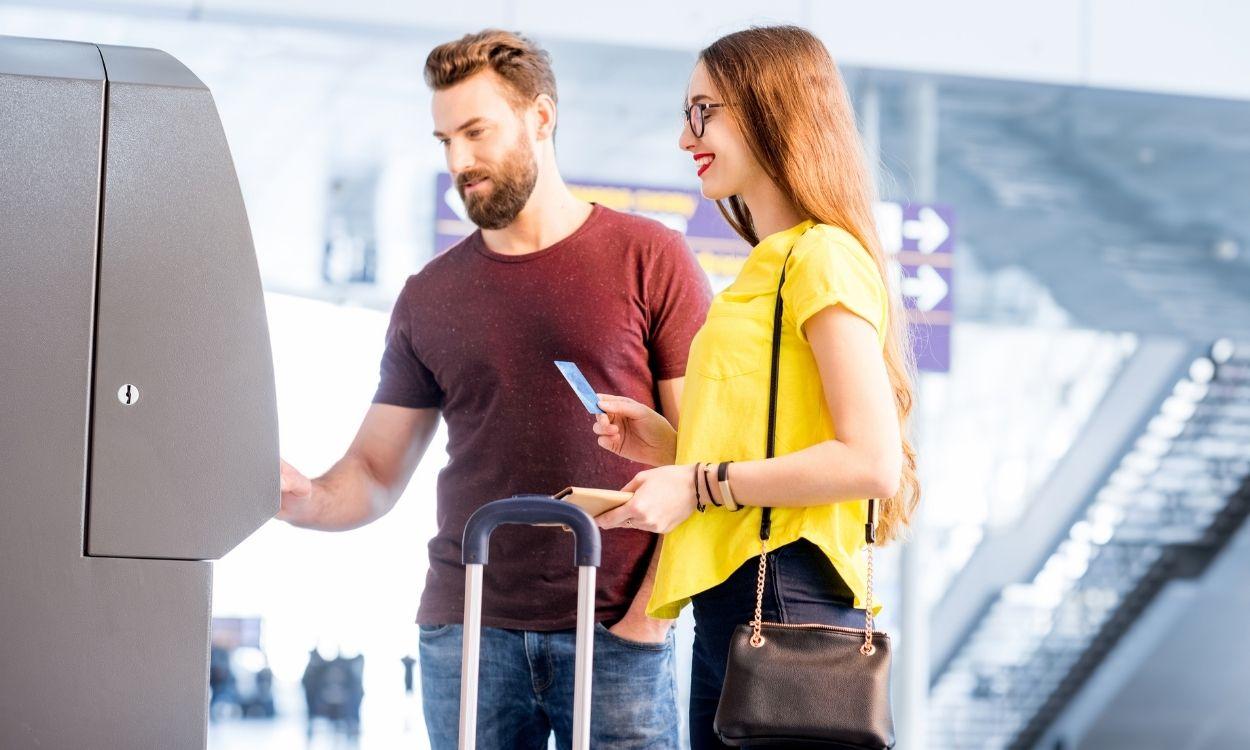 casal comprando no aeroporto - vender milhas