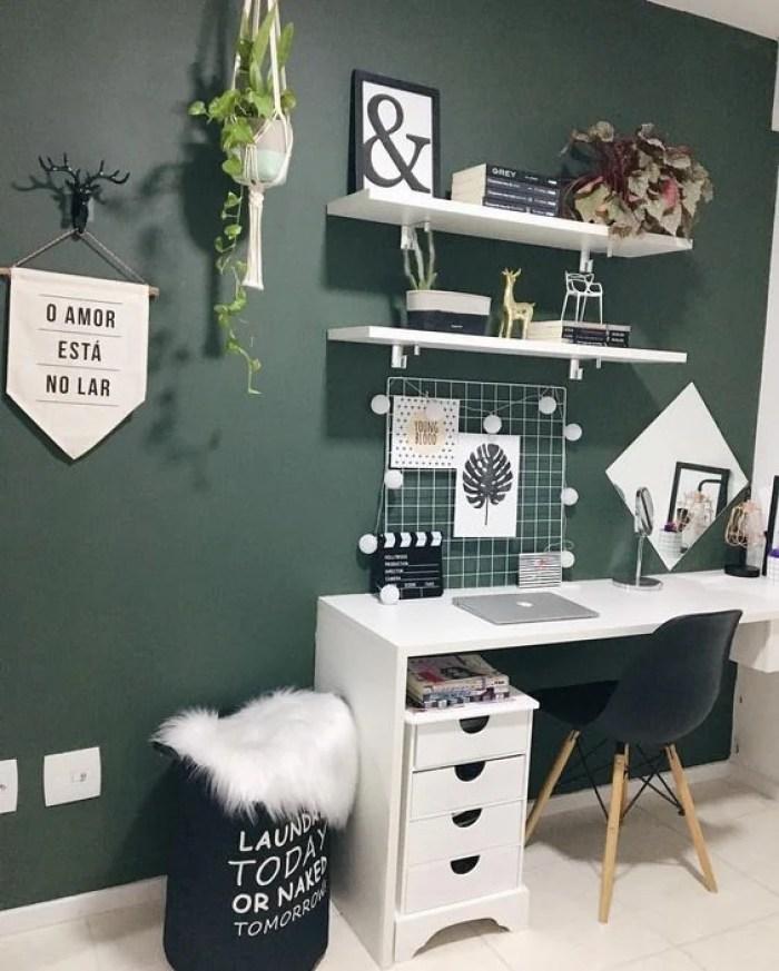 Home office verde escuro.