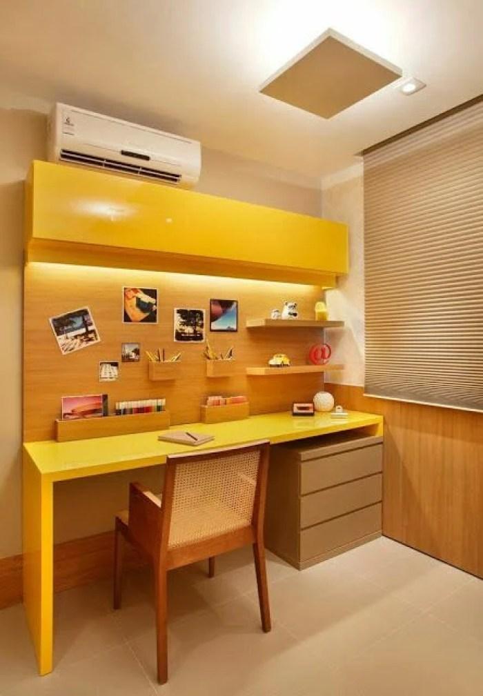 Home office com painel de madeira.