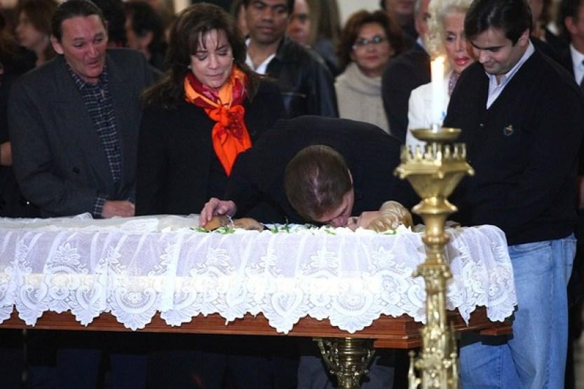 Silvio Santos dando o último selinho em Hebe durante seu velório - Reprodução