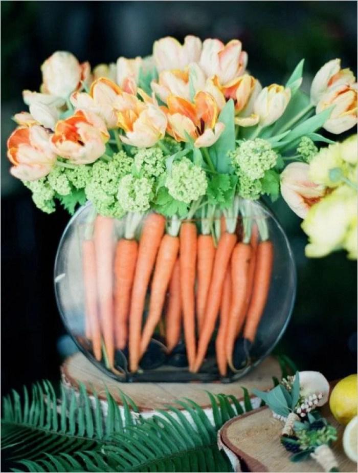 Arranjo de flores com cenouras.