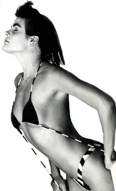 Monique Evans de biquíni em 1987.