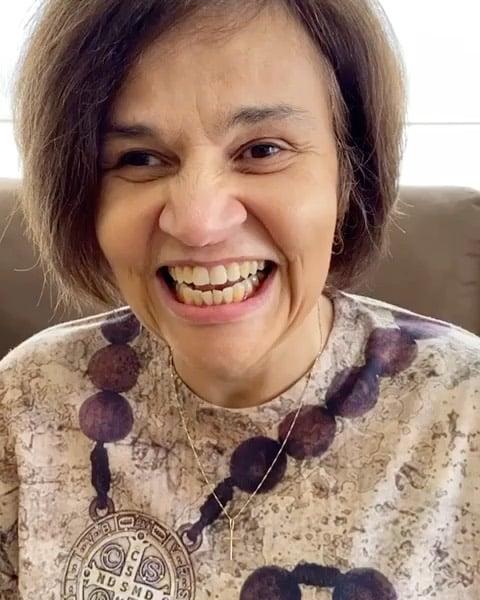 Claudia Rodrigues sorrindo.