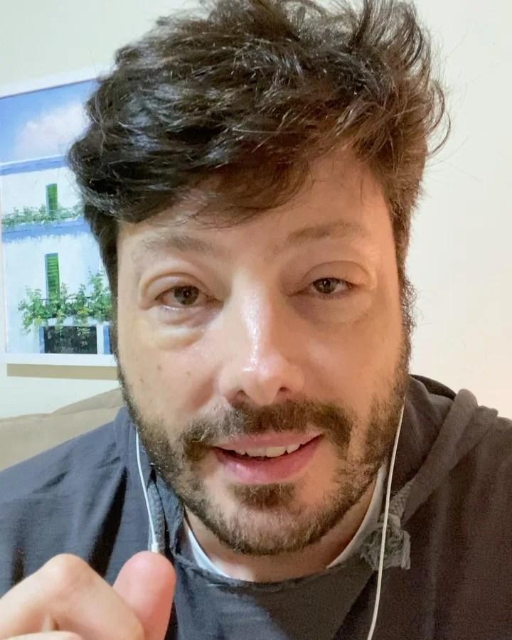 Danilo Gentili com rosto inchado.
