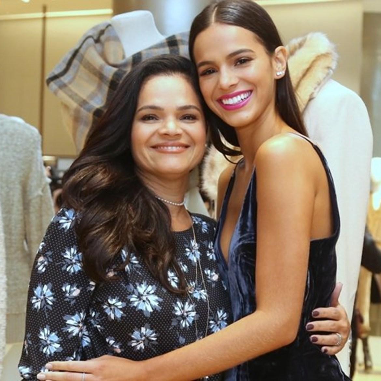 Mães de celebridades: Bruna Marquezine e sua mãe.