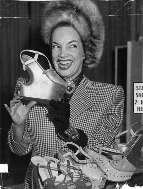 Carmen Miranda com um de seus sapatos plataforma.