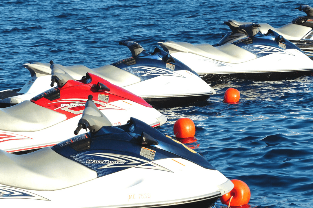 Imagem de vários Jet Skis lado a lado parados no mar.