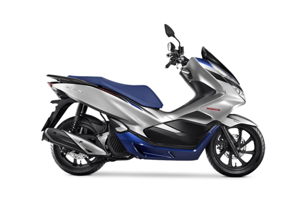 Imagem de uma Honda PCX 150 prata e azul.