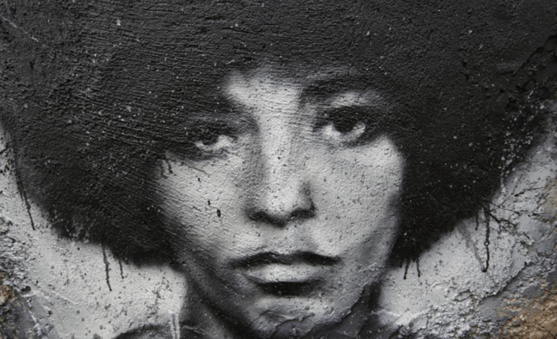 Mural com um retrato de Angela Davis.