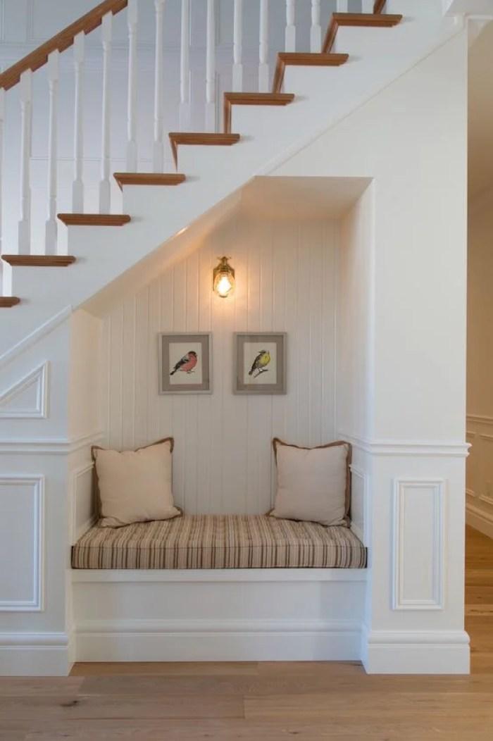 Cantinho da leitura embaixod a escada.