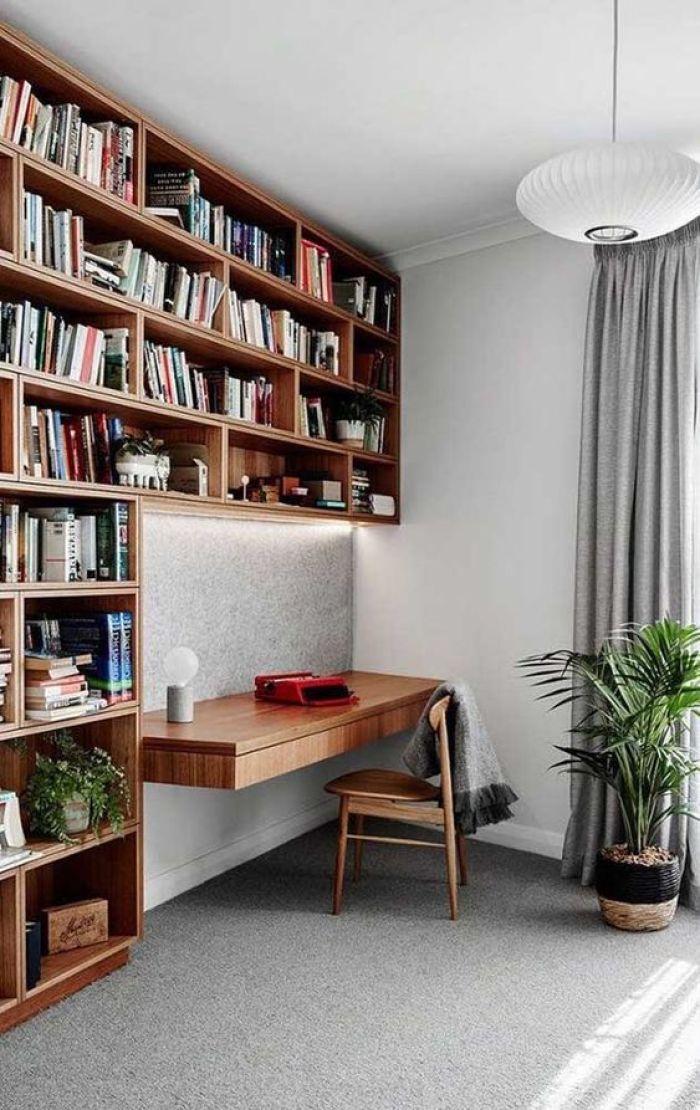 Home office com livros.