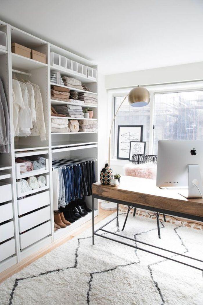 Closet organizado por cor.