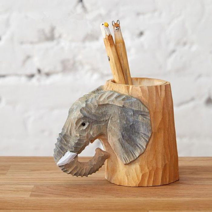Porta lápis com elefante.