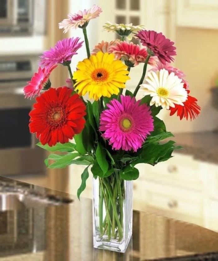 Arranjo colorido com flores para dentro de casa.