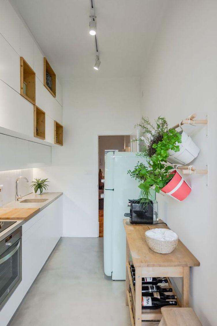 Cozinha branca com horta.