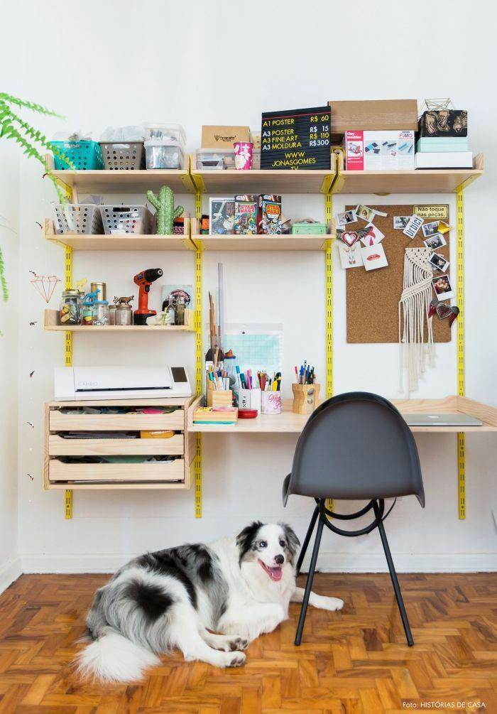 Mesa de estudos com suporte amarelo.