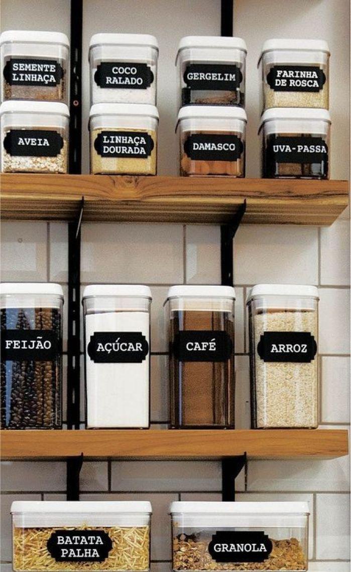Despensa com organização feita em potes transparentes de vários tamanhos etiquetados.