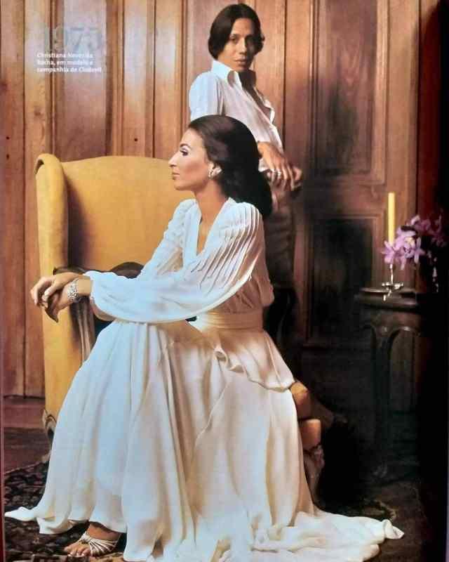 Clodovil Hernandes posando com modelo na primeira edição da revista VOGUE no Brasil, em 1975.