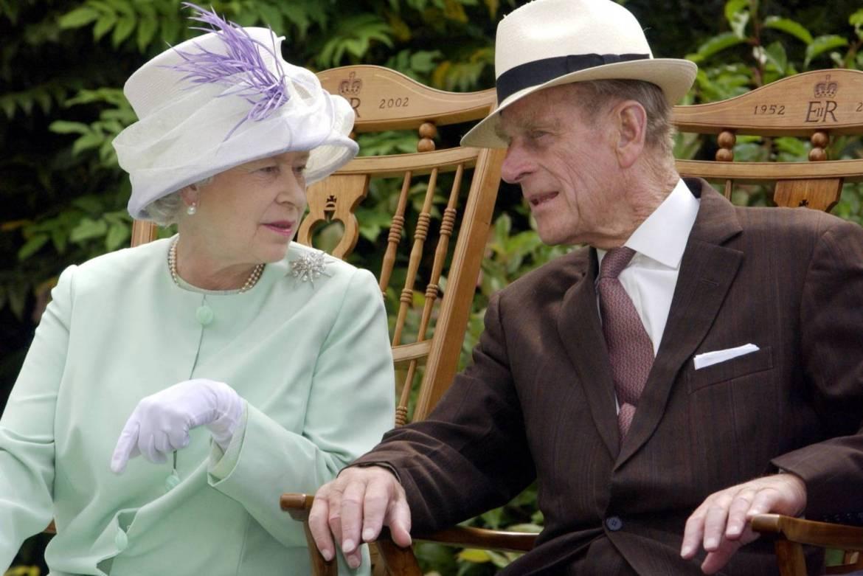 Rainha Elizabeth e Príncipe Philip conversando.
