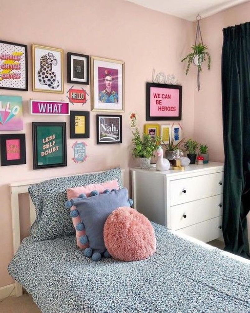 Quadros coloridos na parede.