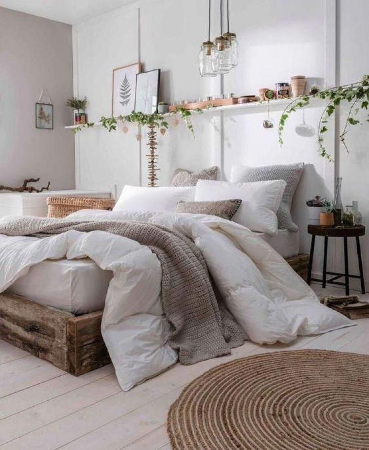 Cama de madeira no quarto de casal.