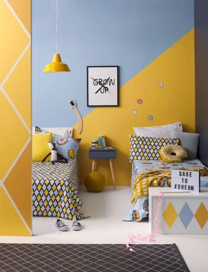 Quarto azul, amarelo e cinza.