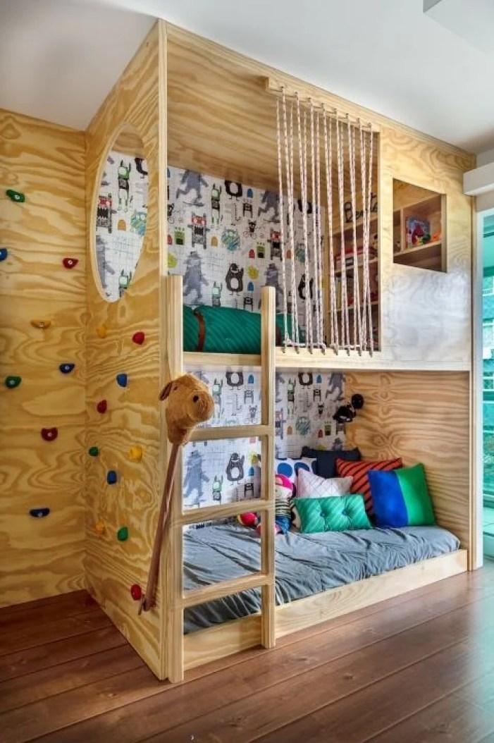 Parede com escalador em quarto infantil.