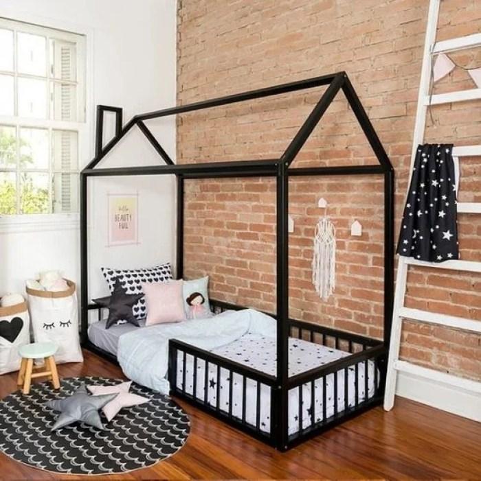 Quarto infantil com cama baixa.