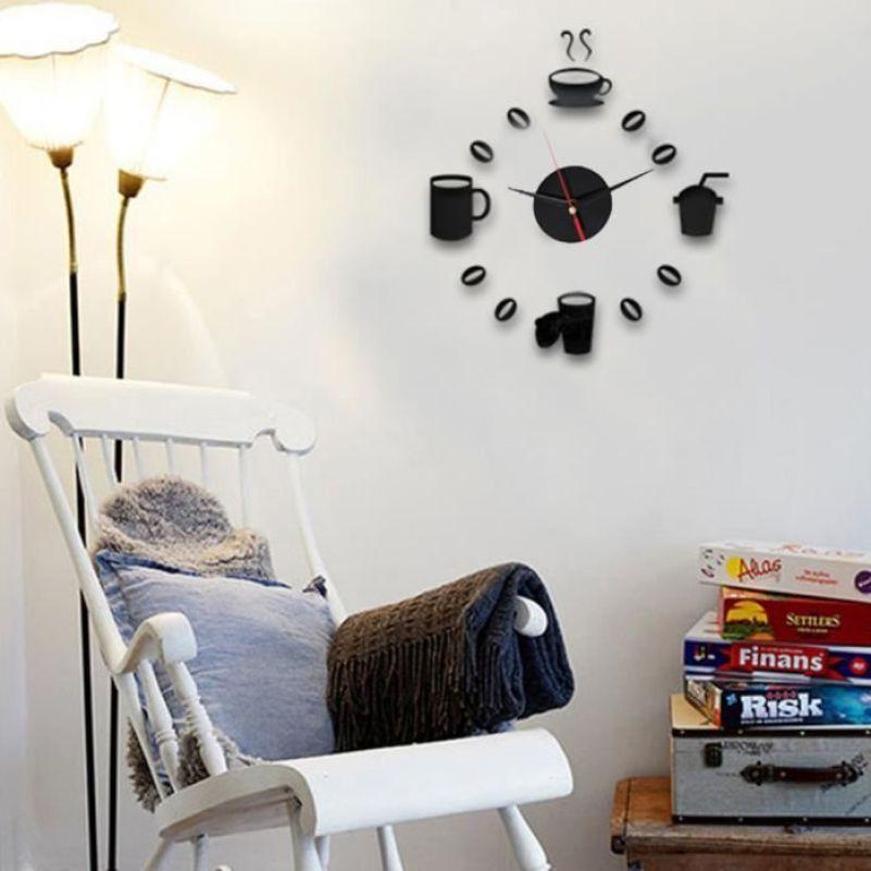 Relógio de parede com desenhos.