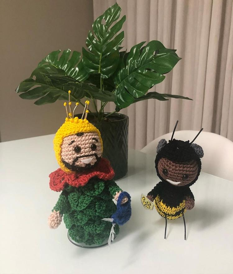 Bonecos de crochê de Gilberto e Lucas Penteado.