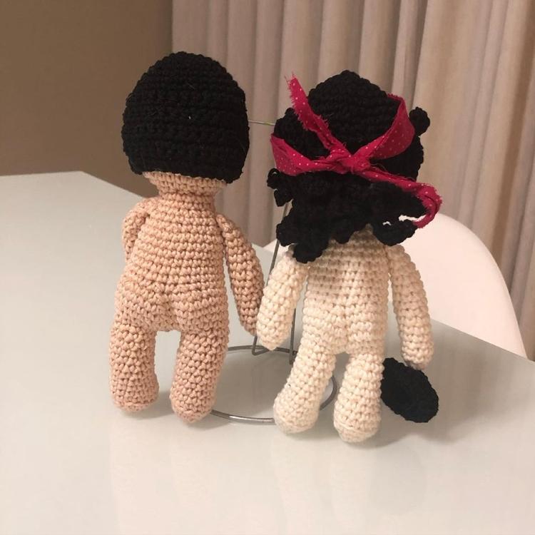 Bonecos de amigurumi de costas.