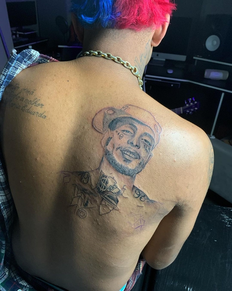 Mc Brinquedo faz tatuagem com rosto do MC Kevin.