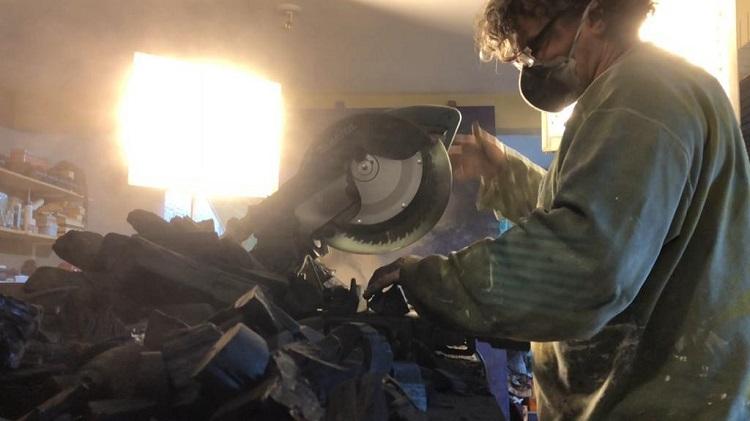 Alexandre Mavignier montando sua obra Amazon Tears