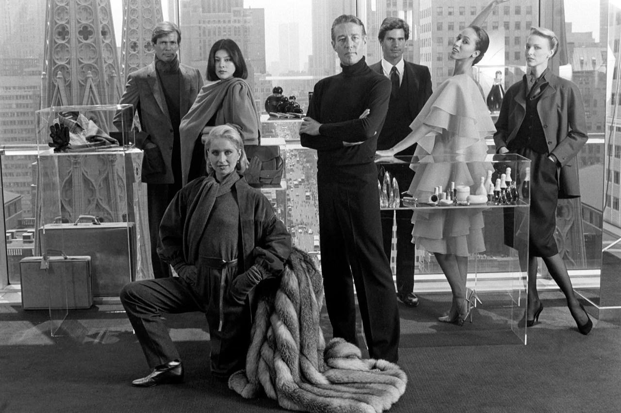 Estilista Roy Halston rodeado por modelos, em 1982.
