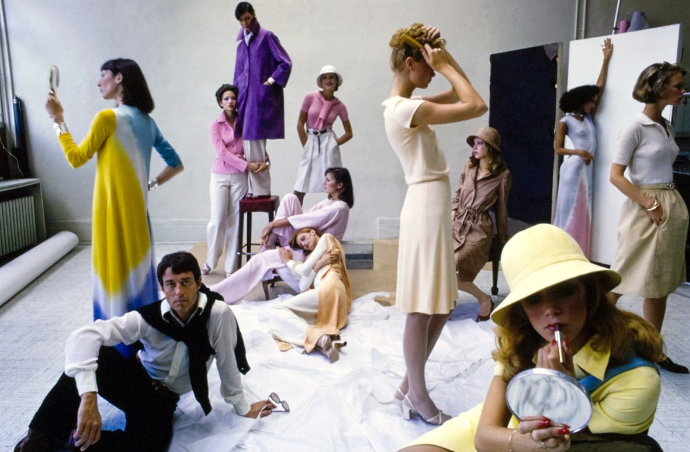 Halston rodeado por modelos.