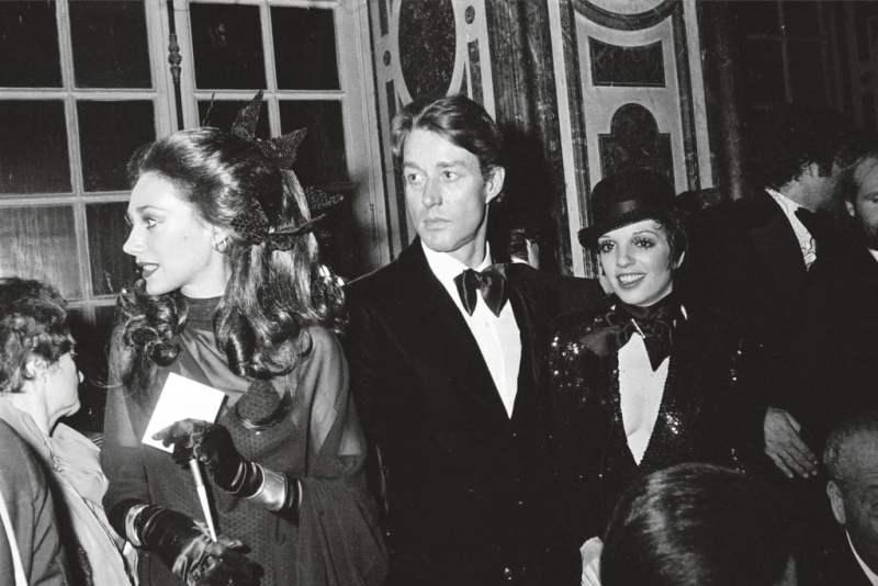 Marisa Berenson, Halston e Liza Minelli em um evento de caridade para restaurar Versalhes, em Paris, em 1973.