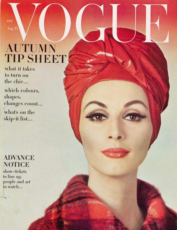 Modelo Wilhelmina usa um turbante de Halston na capa da Vogue de 15 de agosto de 1962.