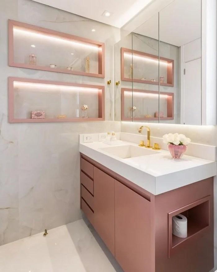 Nichos e armário rosa.