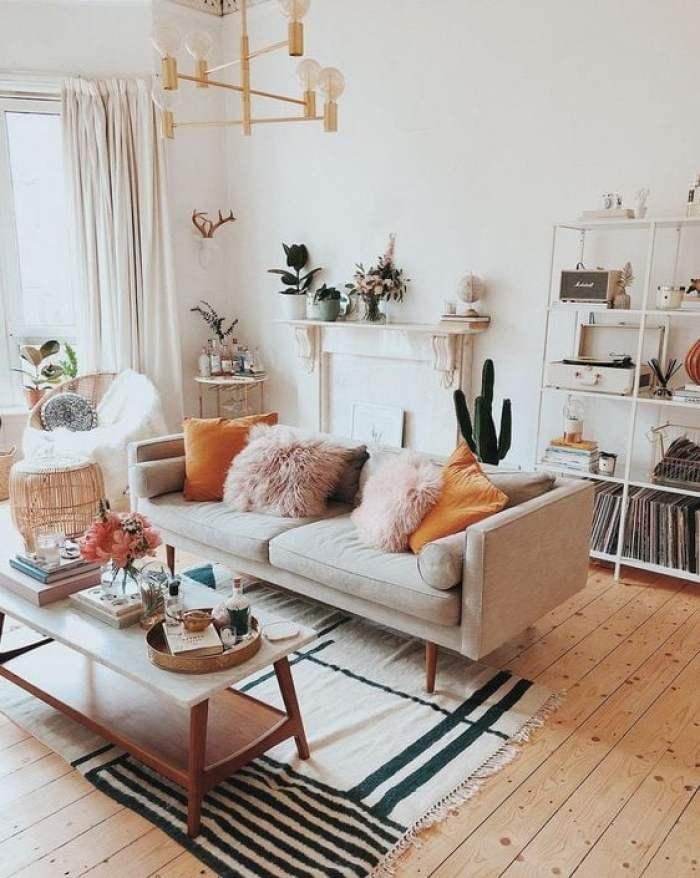 Sala com sofá e almofadas.
