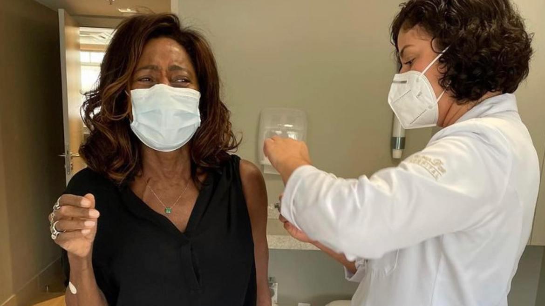 Glória toma a segunda dose da vacina contra a Covid-19 (imagem: Instagram)