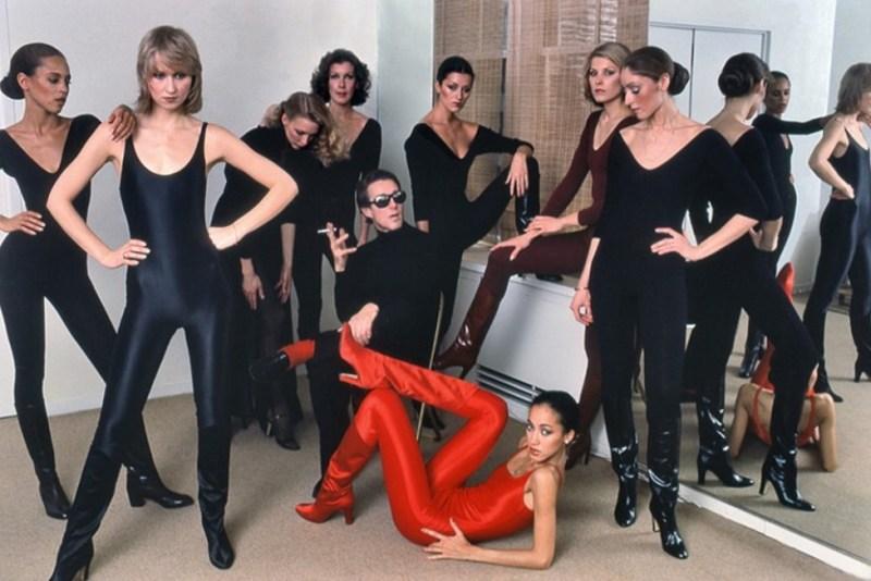 Halston rodeado de modelos.