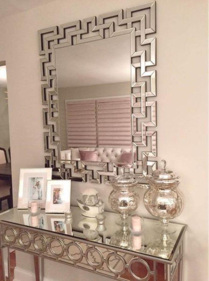 Móveis espelhados: aparador.