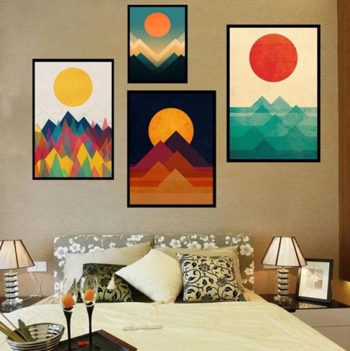 Quadros coloridos no quarto.