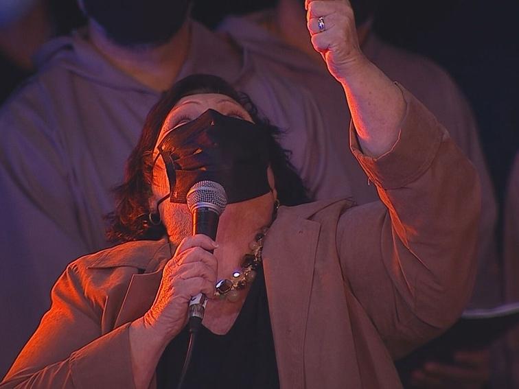 Mãe de Paulo canta para o filho.