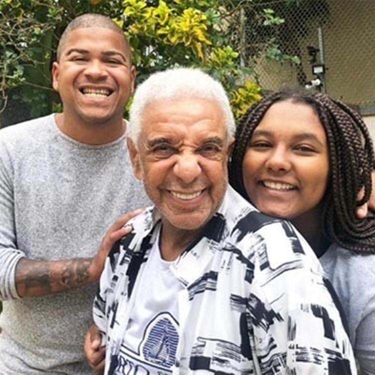 Sobrinho do cantor, Timotinho, ele e sua filha.