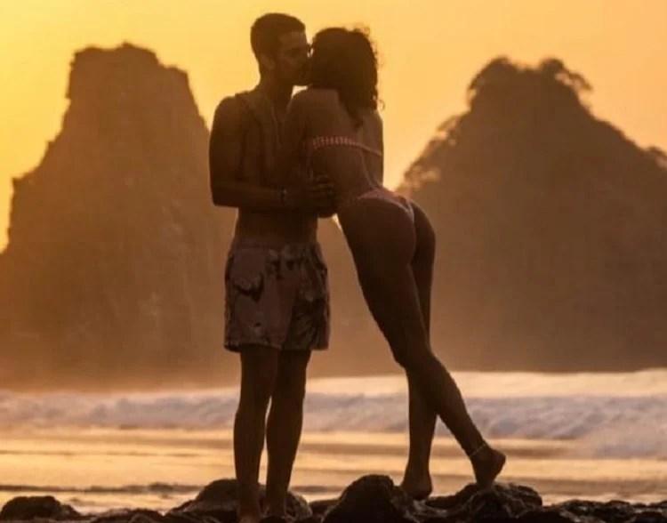 Com um pôr do sol em Fernando de Noronha, Enzo e Bruna se beijam