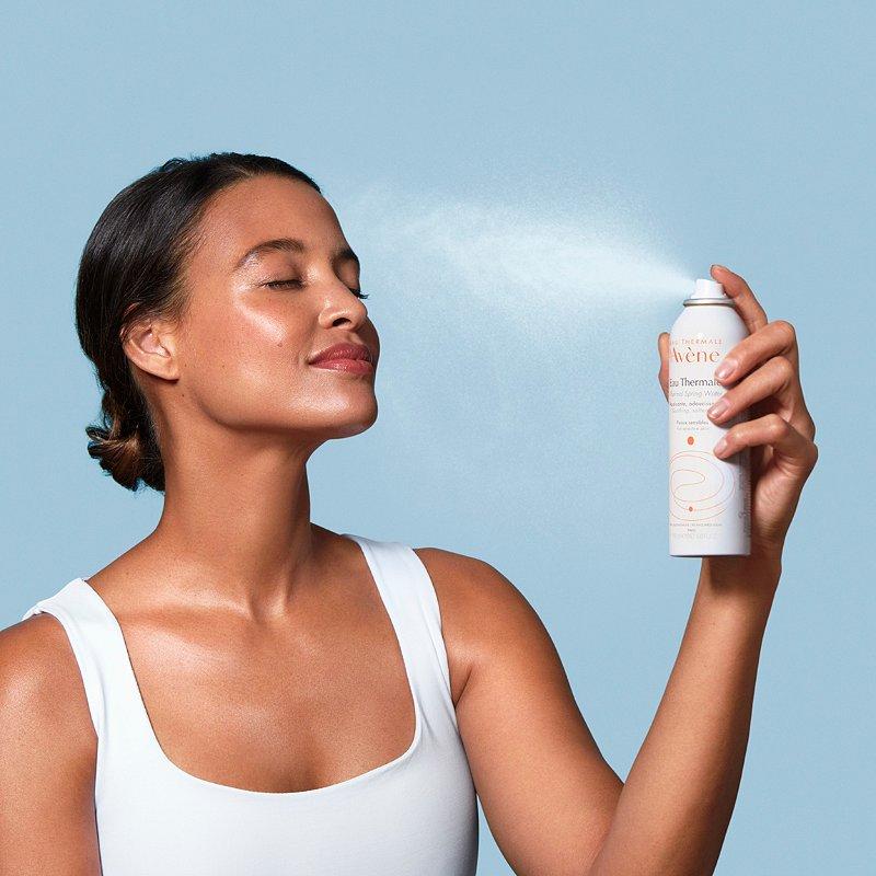 mulher usando água termal