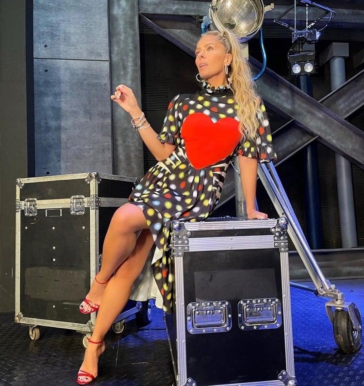 Adriane Galisteu vestindo vestido com coração