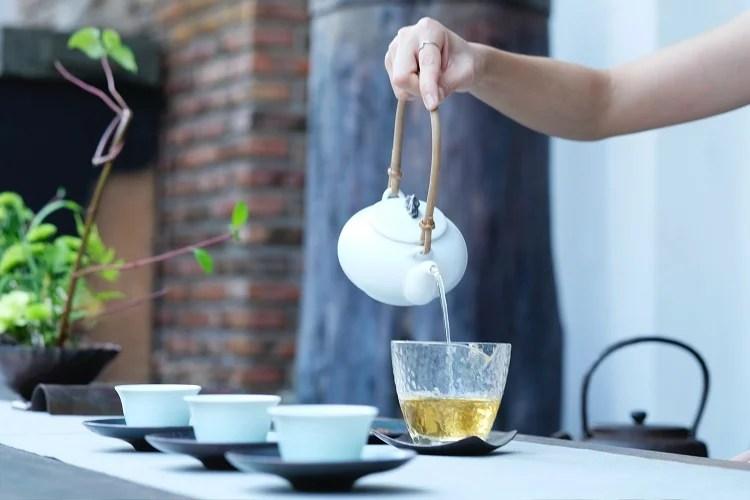 chá de alface sendo servido em xícara