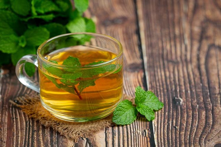 chá de hortelã em mesa de madeira